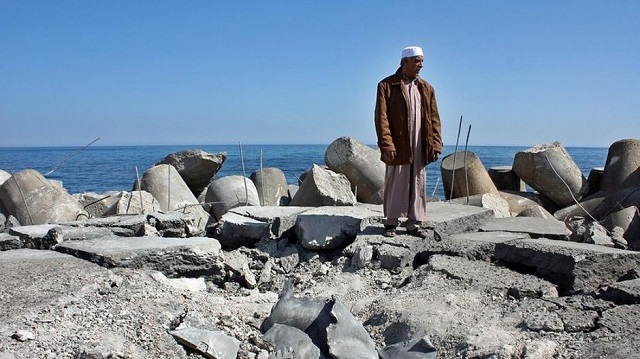 A-Libyan-man-stands-on-Sirte%E2%80%99s-bombed-fishing-harbour-640.jpg