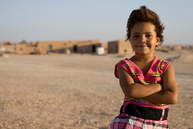 A young Saharawi girl stands outside the Smara refugee camp in Tindouf, Algeria. (Photo: Joe Huddleston for Ceasefire)