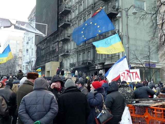 Ukraine-crowd-EU-flag-640-Ceasefire